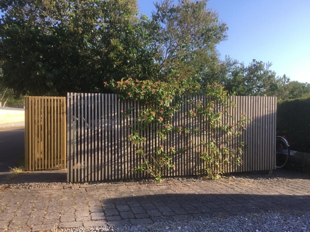 Her ses forskellen på træ der i forgrunden har fået patina og træ der i baggrunden er sat nyligt op